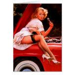 Chica modelo retro del mecánico de coche de Gil El Tarjetón
