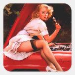 Chica modelo retro del mecánico de coche de Gil Calcomania Cuadradas Personalizada