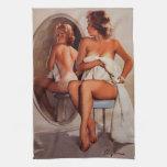 Chica modelo retro del moreno de Gil Elvgren Sun d Toallas De Cocina