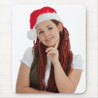 Chica moderno joven del navidad en el fondo blanco alfombrilla de ratón