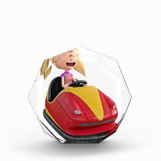 Chica n del dibujo animado un coche de parachoques