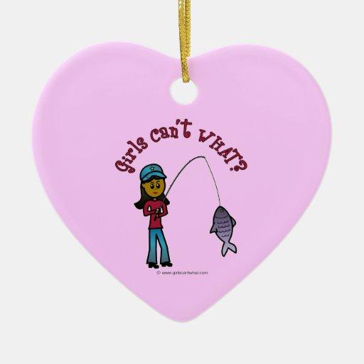 Chica oscuro de la pesca adorno navideño de cerámica en forma de corazón