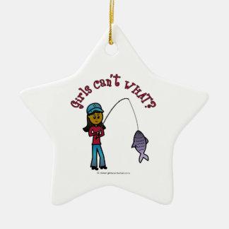 Chica oscuro de la pesca adorno navideño de cerámica en forma de estrella