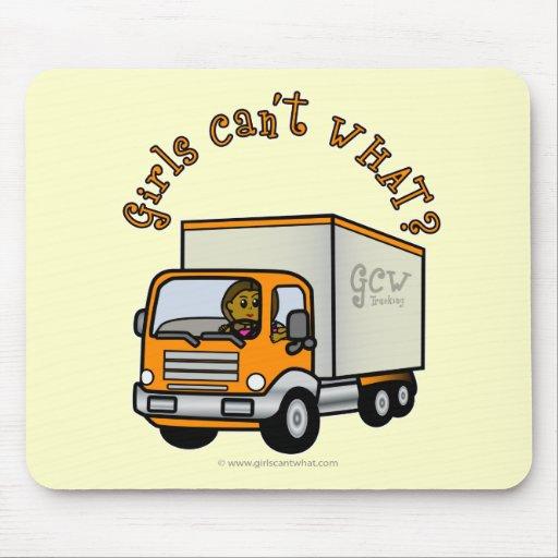 Chica oscuro del conductor de camión tapete de ratón