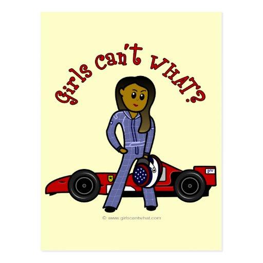 Chica oscuro del conductor de coche de carreras postal
