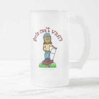 Chica oscuro del cuidado del césped jarra de cerveza esmerilada