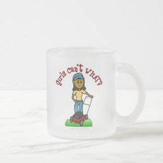 Chica oscuro del cuidado del césped taza de café