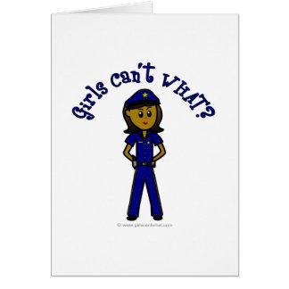 Chica oscuro del oficial de policía tarjeta de felicitación