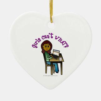 Chica oscuro del ordenador adorno de cerámica en forma de corazón