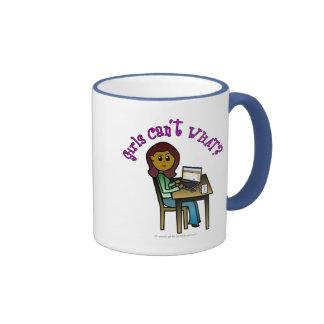 Chica oscuro del ordenador tazas de café