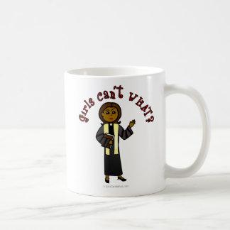 Chica oscuro del predicador taza básica blanca