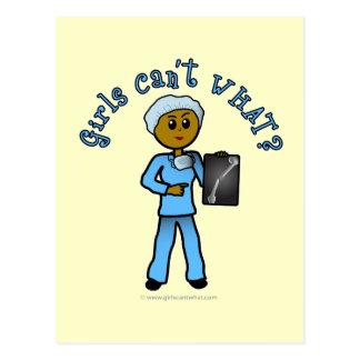 Chica oscuro del tecnólogo de la radiografía tarjetas postales