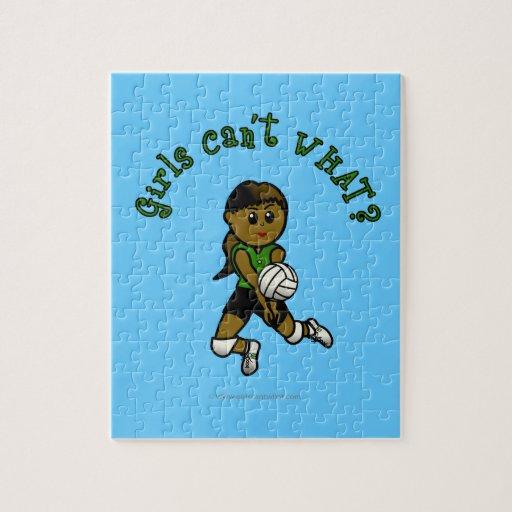 Chica oscuro del voleibol en uniforme del verde rompecabezas