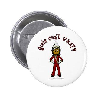 Chica oscuro en uniforme rojo de la banda pin redondo de 2 pulgadas