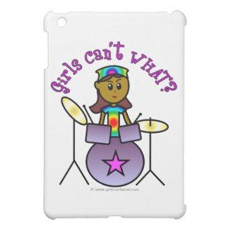 Chica oscuro que juega los tambores