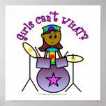 Chica oscuro que juega los tambores impresiones