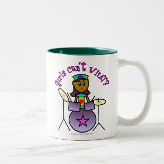 Chica oscuro que juega los tambores taza