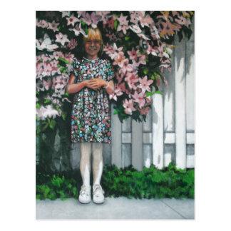 Chica por la cerca florecida postales