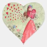 Chica precioso con el pegatina del corazón de la