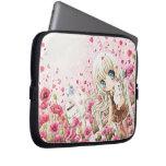 Chica precioso en el campo de flores rosado funda portátil