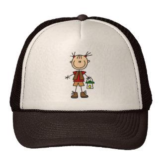 Chica que acampa con el gorra de la linterna