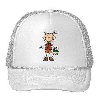 Chica que acampa con las camisetas y los regalos d gorras