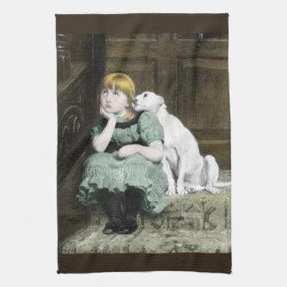 Chica que adora del perro toallas