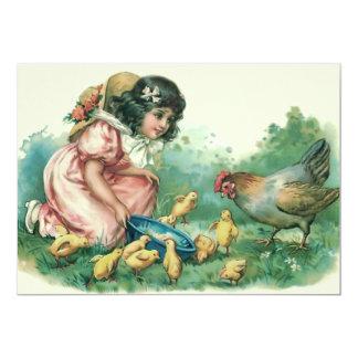 """Chica que alimenta la gallina del polluelo de invitación 5"""" x 7"""""""