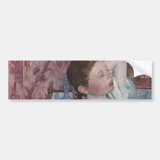 Chica que arregla su pelo de Mary Cassatt Etiqueta De Parachoque