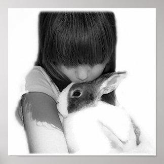 Chica que besa el conejo de conejito holandés póster