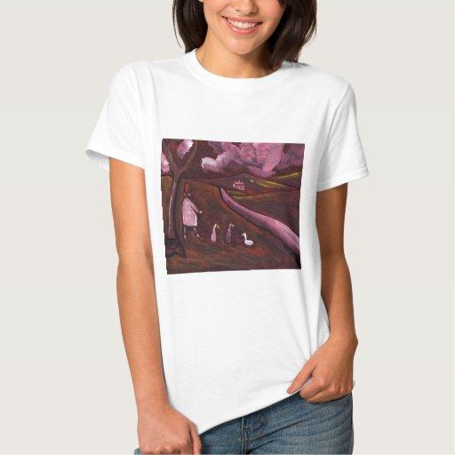 Chica que camina con los gansos t shirts