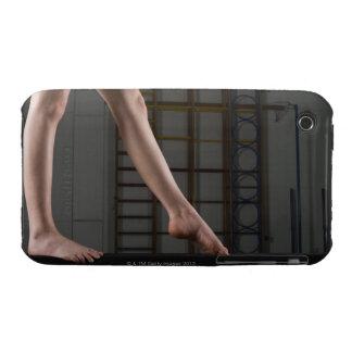 Chica que camina en haz de balanza iPhone 3 Case-Mate protector