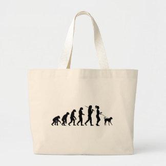 Chica que camina un perro bolsas