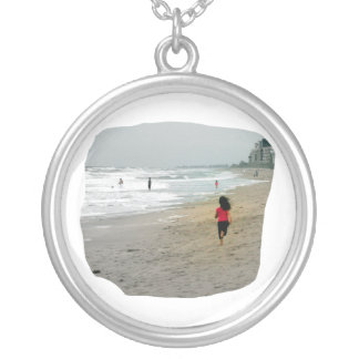 Chica que corre en la playa de la Florida Colgante Redondo
