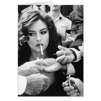 Chica que fuma tarjeta de felicitación