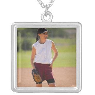Chica que goza jugando a béisbol collar plateado