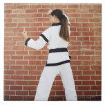 Chica que hace artes marciales azulejo ceramica