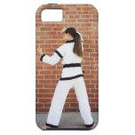 Chica que hace artes marciales iPhone 5 Case-Mate cárcasas