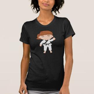 Chica que hace la camiseta para mujer del karate