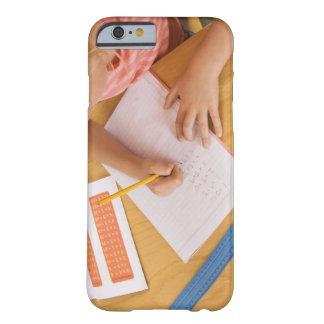 Chica que hace la preparación funda de iPhone 6 barely there