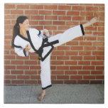 Chica que hace los artes marciales 2 azulejos cerámicos