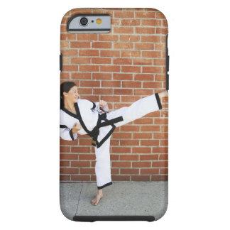 Chica que hace los artes marciales 2 funda de iPhone 6 tough