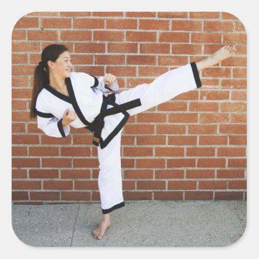 Chica que hace los artes marciales 2 pegatina cuadrada