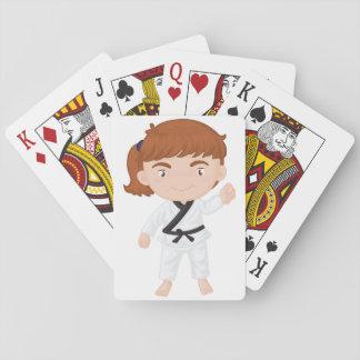 Chica que hace naipes del karate barajas de cartas