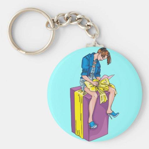 Chica que juega con el arco del regalo llaveros