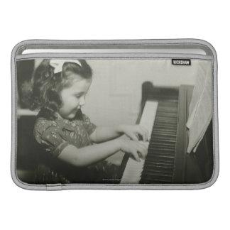 Chica que juega el piano fundas para macbook air