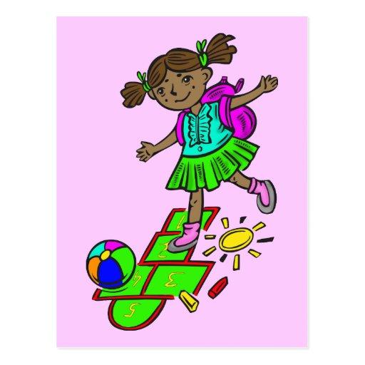 Chica que juega Hopscotch Postales