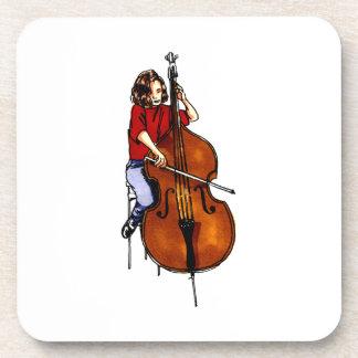 Chica que juega la camisa roja baja de la orquesta posavasos de bebida