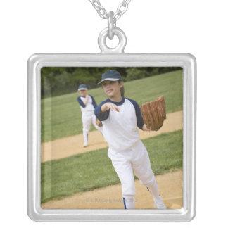 Chica que lanza en juego de softball de la liga collar plateado