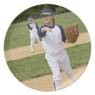 Chica que lanza en juego de softball de la liga plato para fiesta